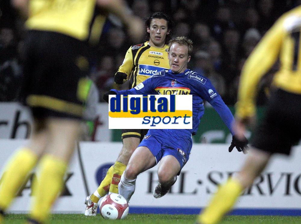 Fotball<br /> Tippeliga 2006<br /> 15.10.2006<br /> Sandefjord v Lillestr&oslash;m 1-1<br /> Foto: Morten Olsen, Digitalsport<br /> <br /> Tommy Knarvik - Sandefjord<br /> Robert Koren - Lillestr&oslash;m