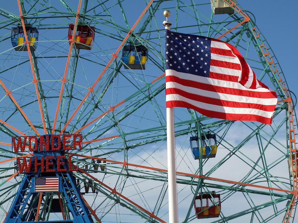 Coney Island Brooklyn New York USA Nordamerika Boardwalk Freizeit Vergnuegungspark Strand Wonderwheel Riesenrad Amerikanische Flagge Stars ands Stripes.