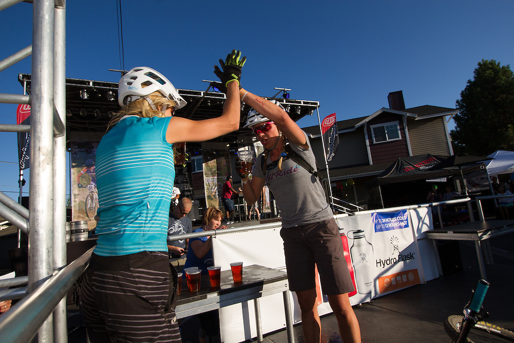 Lindsey Voreis (Ladies Allride) gets a high five from Carolynn.  © Brian Nelson