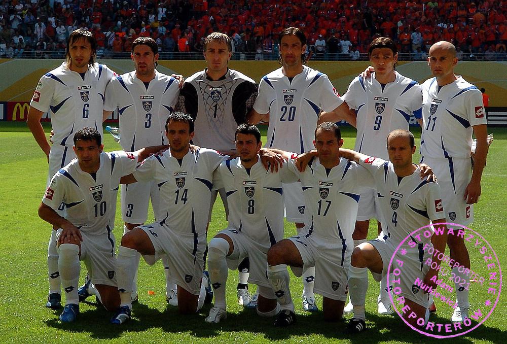 n/z.: Goran Gavrancic (nr6), Ivica Dragutinovic (nr3), bramkarz Dragoslav Jevric (nr1), Mladen Krstajic (nr20), Savo Milosevic (nr9), Predrag Djordjevic (nr11), w dolnym rzedzie: Dejan Stankovic (nr10), Nenad Djordjevic (nr14), Mateja Kezman (nr8), Albert Nadj (nr17), Igor Duljaj (nr4) (wszyscy Serbia & Czarnogora) podczas meczu grupy C Holandia (pomaranczowe) - Serbia i Czarnogora 1:0 podczas turnieju finalowego Mistrzostw Swiata Niemcy 2006 , pilka nozna , Niemcy , Lipsk , 11-06-2006 , fot.: Adam Nurkiewicz / mediasport..Serbia and Montenegro team photo during soccer match group C in Leipzig during World Cup 2006. June 11, 2006 ; Netherlands (orange) - Serbia and Montenegro 1:0 ; football , Germany , Leipzig ( Photo by Adam Nurkiewicz / mediasport )