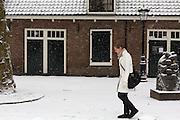 Een meisje loopt door de sneeuw bij Oudenoord in Utrecht.<br /> <br /> A girl is walking in the snow at Oudenoord in Utrecht.