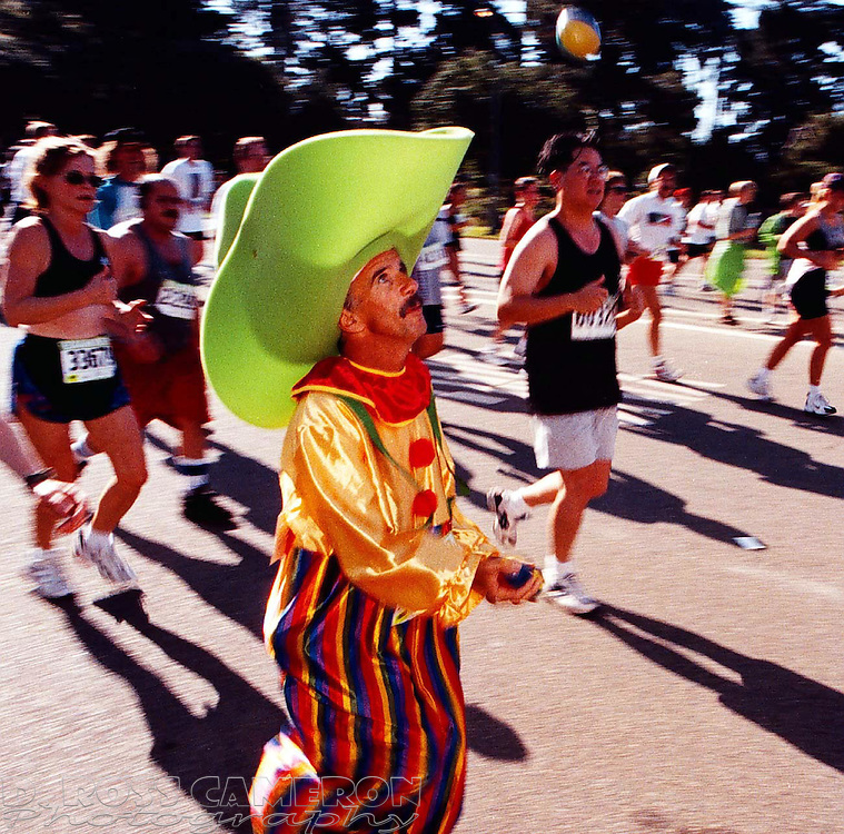 Robert D'Amours of Hayward, Calif. juggled his way through the 86th running of the Bay to Breakers, Sunday, May 18, 1997 in San Francisco. (Photo by D. Ross Cameron)