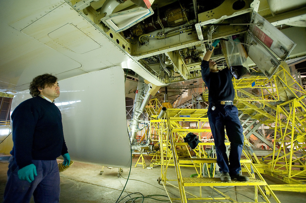 Reportagem efectuada em 2009, nas oficinas da TAP . Photo essay at Air Portugal maintnence facilities in Lisbon.