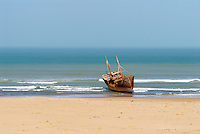Maroc. Grand Sud. Route de Laayoune. Cote Atlantique. Epave de bateau. Ancien Sahara espagnol. // Morocco. South Morocco. Road to Laayoune. Atlantic coast. Boat flotsam. Former Spanish Sahara.