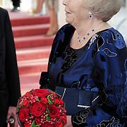 NLD/Amsterdam/201200704 - Inloop Koninging Beatrix bij afscheid Hans van Manen, Hans begroet Beatrix