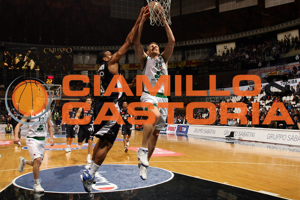 DESCRIZIONE : Bologna Coppa Italia 2006-07 Quarti di Finale Montepaschi Siena Eldo Napoli <br /> GIOCATORE : Kaukenas  <br /> SQUADRA : Montepaschi Siena<br /> EVENTO : Campionato Lega A1 2006-2007 Tim Cup Final Eight Coppa Italia Quarti di Finale <br /> GARA : Montepaschi Siena Eldo Napoli <br /> DATA : 09/02/2007 <br /> CATEGORIA : Schiacciata <br /> SPORT : Pallacanestro <br /> AUTORE : Agenzia Ciamillo-Castoria/M.Marchi<br /> Galleria : Lega Basket A1 2006-2007 <br /> Fotonotizia : Bologna Coppa Italia 2006-2007 Quarti di Finale Montepaschi Siena Eldo Napoli <br /> Predefinita :
