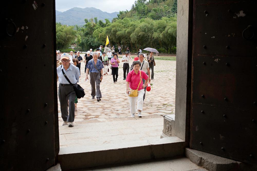 """Les Tulous sont devenus des """"musées vivants"""" , les touristes visitent les habitations qui sont occupées par leurs habitants , devenus objets de curiosité et payés par le gouvernement pour y demeurer (au moins une partie du temps )."""