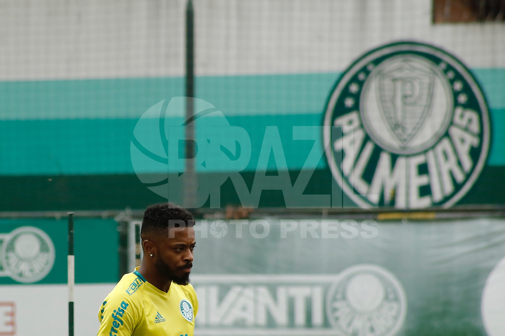 SÃO PAULO, SP, 12.01.2017 - FUTEBOL-PALMEIRAS -  Michel Bastos durante o treino do Palmeiras, na Academia de Futebol na  Barra Funda, na tarde desta quinta-feira, 12. (Foto: Adriana Spaca/Brazil Photo Press)