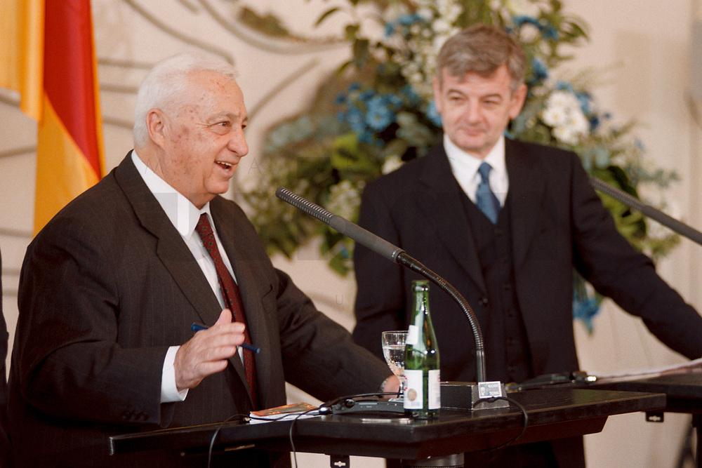 06.01.1999, Deutschland/Bonn:<br /> Ariel Sharon, Außenminister Israel, und Joschka Fischer, Bundesaußenminister, während einer Pressekonferenz anläßlich eines ersten Meinungsaustausches der Minister, Weltsaal, Auswärtiges Amt, Bonn<br /> IMAGE: 19990106-01/01-21