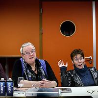 Nederland, Utrecht , 30 januari 2012..Erna Smeekens, de bijstandsmoeder die donderdag in de tendentieuze Netwerk-uitzending begon te huilen toen ze de VVD-plannen onder ogen kreeg, is niet te spreken over de uitzending. Sterker: ze heeft zelfs sympathie voor de partij van Mark Rutte..Erna Smeekens (r) en samen met Ivonne Meeuwsen en (l) Agenes van der Graaf hebben wij in 2009 vanuit onze bijstands- en voedselbankpositie Tientjes opgericht. De drijfveer achter Tientjes: elk mens heeft een talent, kan iets en wil iets waar die goed in is. Veel mensen zijn om welke reden dan ook op de bank of achter de geraniums terecht gekomen. Leven geïsoleerd, doen niet meer mee. Deze groep groeit dagelijks door van alles wat er momenteel in de maatschappij gebeurt. .Foto:Jean-Pierre Jans