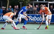 UTRECHT - Quirijn Caspers (Kampong) tussen Mats de Groot (Bldaal) en Xavi Lleonart Blanco (Bldaal)     tijdens de hockey hoofdklasse competitiewedstrijd heren:  Kampong-Bloemendaal (3-3).    COPYRIGHT KOEN SUYK