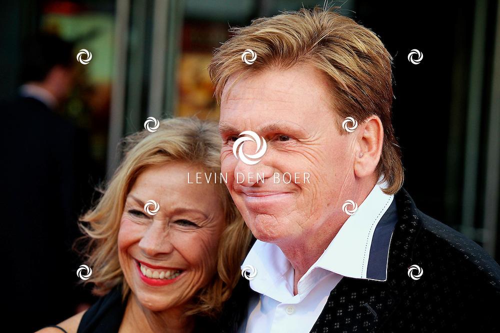 UTRECHT - In het Beatrix Theater is de premiere van de musical Miss Saigon met de nieuwe cast gepresenteerd.  Met op de foto Henny Huisman met zijn partner Lia. FOTO LEVIN DEN BOER - PERSFOTO.NU