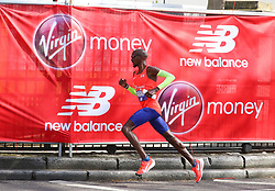© Licensed to London News Pictures. 22/04/2018. London, UK. MO FARAH is seen during the 2018 London Marathon which is being run in unusually warm temperatures for April. This years event is being started by HRH Queen Elizabeth II. Photo credit: Tom Nicholson/LNP