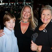 NLD/Hilversum/20111115 - Boekpresentatie Zangeres Zonder Naam van Ben Holthuis, Tine Sijthoff, dochter Danielle en kleinzoon Nikky