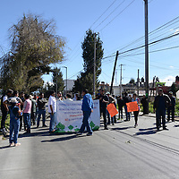 San Mateo Atenco, México (Diciembre 30, 2016).- Vecinos de Santa Elena se manifestaron en los carriles centrales y laterales de Paseo Tollocan a causa del desabasto de agua que sufren desde hace mas de dos semanas.  Agencia MVT / Crisanta Espinosa