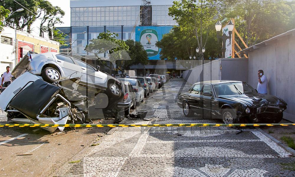 CURITIBA, PR,03.03.2015 –  ACIDENTE DE TRÂNSITO / CURITIBA –   Uma senhora condutora do veículo Jaguar XJ6 provocou um grave acidente na tarde desta terça-feira (3) ,  Rua Engenheiro Rebouças, frente ao estádio do Atlético Paranaense.  A condutora sofreu um mal súbito quando dirigia seu veiculo e colidido em um Fiat 147 que estava estacionado provocando batida de outros carros que também estavam estacionados.  Somente a condutora do veiculo Jaguar sofreu ferimentos sem risco de morte. Atendimento da vitima foi realizado pelo Siate e encaminhada ao hospital.( Foto: Paulo Lisboa / Brazil Photo Press)