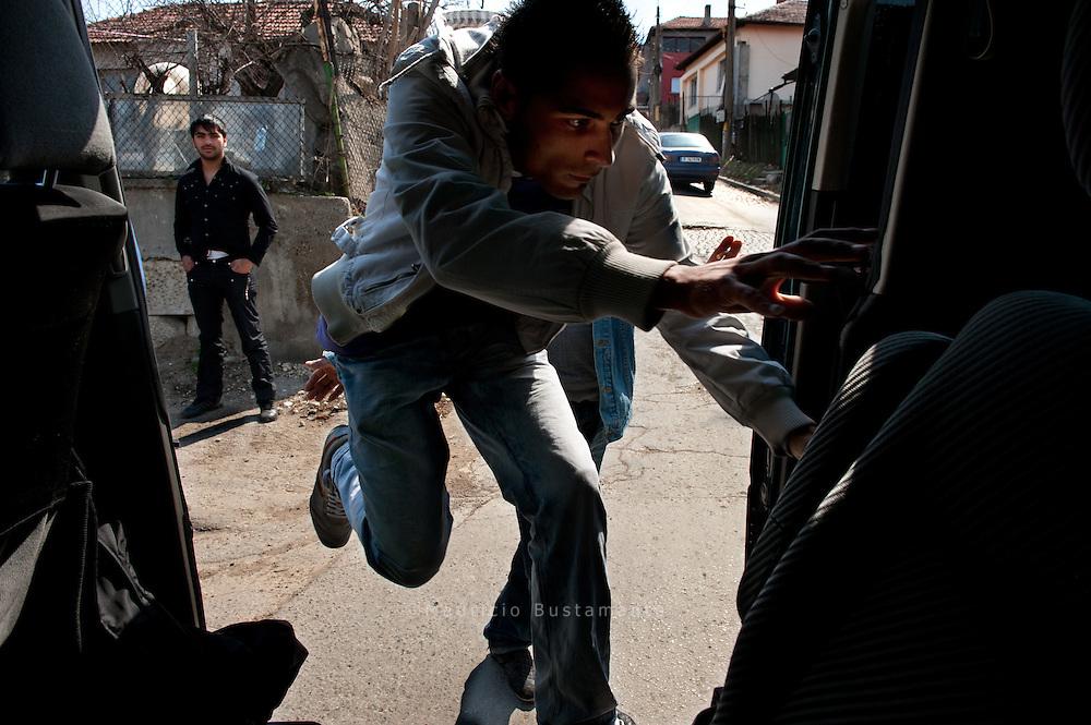 Ruschti beim Einsteigen in Russe. Bulgarien.<br /> <br /> Germania Turs