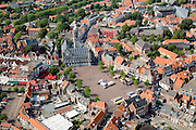 Nederland, Zeeland, Middelburg, 04-07-2006. Centrum van de middeleeuwse stad, met aan de Markt het monumentale stadhuis, voorbeeld van laat-gotische bouwstijl..Center of the medievacity, with the Markts' (market) monumentatown hall, example of late Gothic architecture..  luchtfoto (toeslag); aerial photo (additional fee required); .foto Siebe Swart / photo Siebe Swart