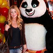 NLD/Amsterdam/20110611 - Premiere Kung Fu Panda 2, Jennifer Ewbank met de Kung Fu Panda beer