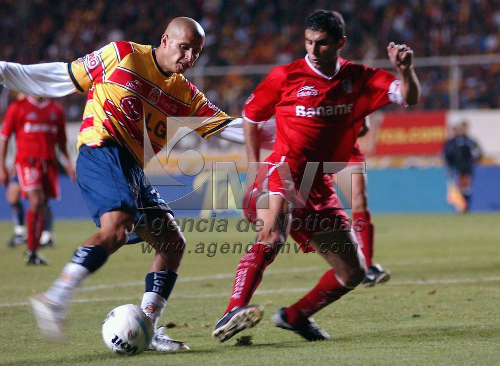 Morelia, Mich.- Adolfo Bautista, delantero de los monarcas, disputa el balón con el defensa Salvador Carmona/AGENCIA MVT/Foto: Marco A. Castro.