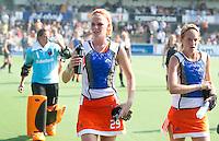 AMSTELVEEN - De speelsters van Oranje, met in het midden Caia van Maasakker en rechts Carlien Dirkse van den Heuvel, verlaten in koelvesten het veld tijdens de rust, dinsdag tijdens Nederland-Nieuw Zeeland bij de Champions Trophy Hockey 2011 voor dames in Amstelveen . ANP KOEN SUYK