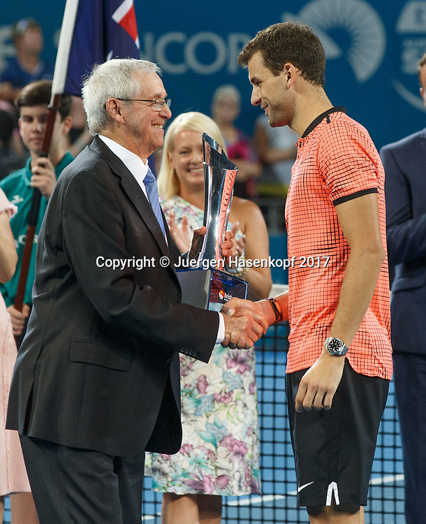 Tennis Legende Roy Emerson (AUS) gratuliert dem Sieger GRIGOR DIMITROV (BUL) und ueberreicht den Pokal, Siegerehrung, Praesentation<br /> <br /> Tennis - Brisbane International  2017 - ATP -  Pat Rafter Arena - Brisbane - QLD - Australia  - 8 January 2017. <br /> &copy; Juergen Hasenkopf