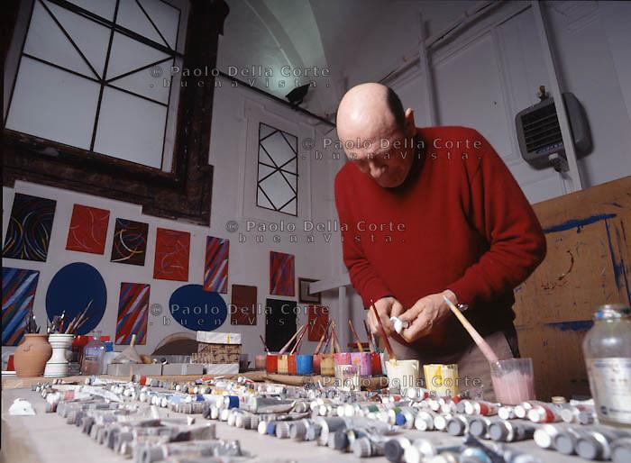 Todi - Il pittore Pietro Dorazio nel suo studio.