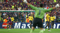 PARIS, FRANCE - WEDNESDAY, MAY 17th, 2006: FC Barcelona's goalkeeper Victor Valdes celebrates as Arsenal's players look dejected after the second goal during the UEFA Champions League Final at the Stade de France. (Pic by David Rawcliffe/Propaganda)