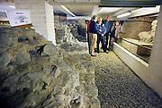 Nederland,Elst, 5-4-2008..Belangstellenden krijgen uitleg over de resten van een romeinse tempel in de catacomben van de grote kerk tijdens het nationaal museumweekend...Foto: Flip Franssen/Hollandse Hoogte