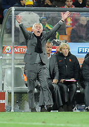 11.07.2010, Soccer-City-Stadion, Johannesburg, RSA, FIFA WM 2010, Finale, Niederlande (NED) vs Spanien (ESP) im Bild Bert Van Marwijk (Niederlande) .schreit, regt sich auf, EXPA Pictures © 2010, PhotoCredit: EXPA/ InsideFoto/ Perottino *** ATTENTION *** FOR AUSTRIA AND SLOVENIA USE ONLY! / SPORTIDA PHOTO AGENCY