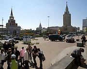 Vorplatz des Lenigrader Bahnhofs gegenüber vom Kasaner Bahnhof (Kasanski woksal) welcher einer der neun Bahnhöfe in Moskau ist. Er liegt am Komsomolskaja-Platz, in unmittelbarer Nähe zum Jaroslawler und dem Leningrader Bahnhof, und ist bis heute einer der größten Bahnhöfe der russischen Hauptstadt.<br /> <br /> Forecourt of the Leningradsky Rail Terminal on the opposite site of the Kazansky Rail Terminal (Kazansky vokzal) which is one of eight rail terminals in Moscow, situated on the Komsomolskaya Square, across the square from the Leningradsky and Yaroslavsky terminals.