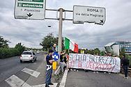Roma 10 Ottobre 2013<br /> Manifestazione dei cittadini e delle Associazioni  Magliana Viva, e Magliana senza Nomadi, contro il campo rom situato sotto il ponte di via della Magliana. I manifestanti chiedono lo sgombero del campo rom e la bonifica ambientale della zona.I manifestanti si dirigono verso il campo rom<br /> Rome October 10, 2013<br /> Manifestation of citizens and associations  Magliana Viva and Magliana without Nomads, against the Roma camp located under the bridge off the Magliana. The protesters called for the eviction of the Roma camp and the environmental cleanup of the area. Protesters go towards the Roma camp