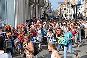 Prinsjesdag 2014 - Balkonscene op Paleis Noordeinde  /// Parlementday 2014 - Balcony Scene at Palace Noordeinde<br /> <br /> Op de foto:  Publiek rent naar de hekkem om het koninklijk paar te zien