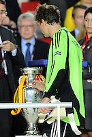FUSSBALL EUROPAMEISTERSCHAFT 2008 Finale    Deutschland - Spanien    29.06.2008 Torwart Jens Lehmann ( Deutschland) geht nach der 0:1 Niederlage am EM Pokal vorbei.