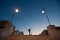 Statua di Domenico Modugno vista al tramonto