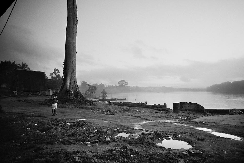 French guyana, Maripasoula, Haut-Maroni.<br /> <br /> Enclavee dans le continent sud americain, la Guyane fran&ccedil;aise est separee a l&rsquo;Ouest par le Maroni du Surinam et elle partage 580 Km de frontiere avec le Bresil au Sud et a l&rsquo;Est, le long du fleuve Oyapock. Avec 10000 &agrave; 15000 reconduites a la frontiere par an, ce departement fait figure d&rsquo;eldorado dans le bassin amazonien.<br /> <br /> Pas de routes, seulement les fleuves, couvert de forets l&rsquo;interieur guyanais n'est accessible que par pirogues ou par voie aerienne. Longtemps laissees livrees a elles-memes, les populations locales se debrouillent et developpent avec l'extraction aurifere une economie parallele... Qui produit pour l'exportation. La redecouverte de filons attire et depuis une quinzaine d'annees, les pelles mecaniques font leur apparition en foret. <br /> <br /> En 1947, une population d'orpailleurs creoles fonde Maripasoula, pole economique du Haut-Maroni ou tiers-monde de la republique. Il faut y attendre 1969 la mise en place du statut de commune pour voir les ecoles arriver sur le fleuve&hellip; Le college ouvre ses portes en 1998. A l'exception des services departementaux et municipaux, l'orpaillage avec ses metiers derives represente la seule source d&rsquo;activite.