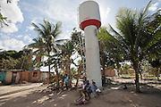 Construída pela Empresa Aracruz-Fibria 17 anos após a contaminação do poço na Vila São Jorge, a caixa d'água nunca recebeu o encanamento e continua seca.