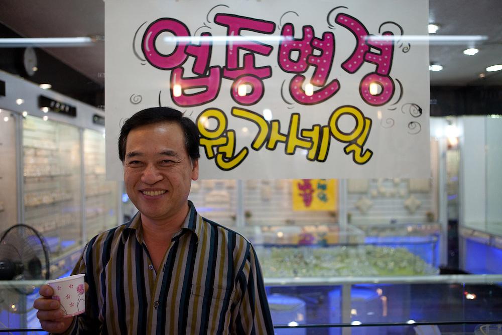 Uhrenverkaeufer in der Untergrund Einkaufspassage am Express Bus Terminal im Zentrum der koreanischen Hauptstadt Seoul verladen.<br /> <br /> Watch seller at the underground shopping arcade located at the Express Bus Terminal in the city center of the Korean capital Seoul.