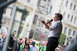 27.04.2019, Mariahilferstrasse, Wien, AUT, Die Grünen, Wahlkampfauftakt zur EU-Wahl. im Bild EU-Spitzenkandidat Werner Kogler (Grüne) // Topcandidate of the Austrian Greens for EU elections Werner Kogler during campaign opening of the Austrian Greens due to European Elections in Vienna, Austria on 2019/04/27. EXPA Pictures © 2019, PhotoCredit: EXPA/ Michael Gruber
