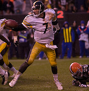 MORNING JOURNAL/DAVID RICHARD&amp;#xA;Ben Roethlisberger shovels a 4-yard touchdown pass to Willie Parker with 32 seconds left, rallying the Steelers to a 24-20 win over the Cleveland Browns yesterday.<br />