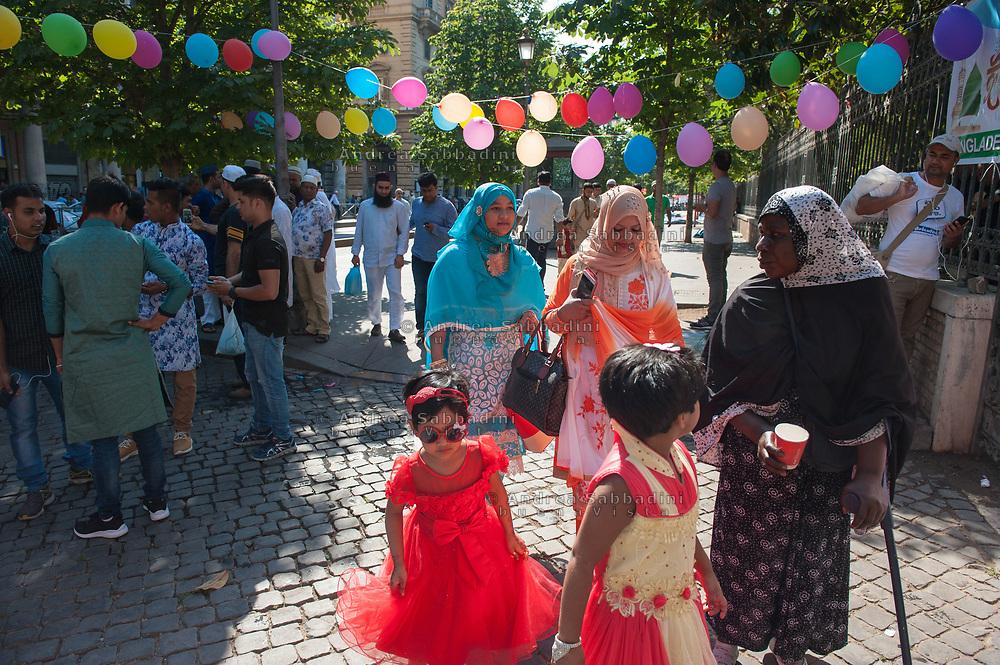 Roma, 25/06/2017: festa per la fine del Ramadan della comunit&agrave; del Bangladesh, giardini di piazza Vittorio.<br /> &copy; Andrea Sabbadini