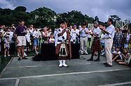 Hong Kong. farewell of the  - Black watch -  (British army) at Stanley fort tug of war, beating retreat   / Journée d'adieu du bataillon écossais   - Black Watch -   à Fort Stanley: remise des médailles au gagnant du concours de cornemuse.  / R00057/64    L940626  /  P0000311