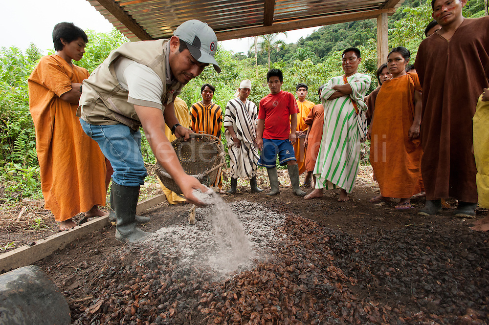 """In the community of nomachiguengua """"Alto Curiri,"""" the project of the Ministry of Environment Forests provides a resident engineer, who educates people about the best methods of cultivation."""