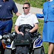 NLD/Zandvoort/20080816 - KLM Open 2008 BN'er Charity Challenge, Mr. Pieter van Vollenhoven met gehandicapte sporter en stewardess van KLM