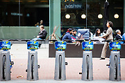 In San Francisco staat in Market Street een stalling van de Ford Gobike, het deelfietssyteem in San Francisco. Het openbaar huursysteem, voorheen Bay Area Bike Share geheten, is vanaf 2013 operatief rond de San Francisco bay. Het bestaat momenteel uit ongeveer 7000 fietsen. De fietsen kunnen bij elk station worden gepakt en op een willekeurig ander station worden neergezet. Per rit is het eerste half uur gratis, de huurfietsen zijn bedoeld voor korte ritten.<br /> <br /> Bike parking in San Francisco of the Ford Gobike, formerly known as Bay Area Bike Share, the bike sharing system in San Francisco Bay Area. The public rental system has been operative since 2013 in San Francisco and currently consists of about 7000 bikes. The bikes can be picked up at each station and put down at any other station. Per trip, the first half hour is for free. The rental bicycles are provided for short journeys.