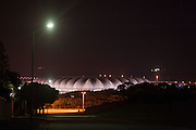 Het Nelson Mandela Stadium in Port Elizabeth verlicht bij avond