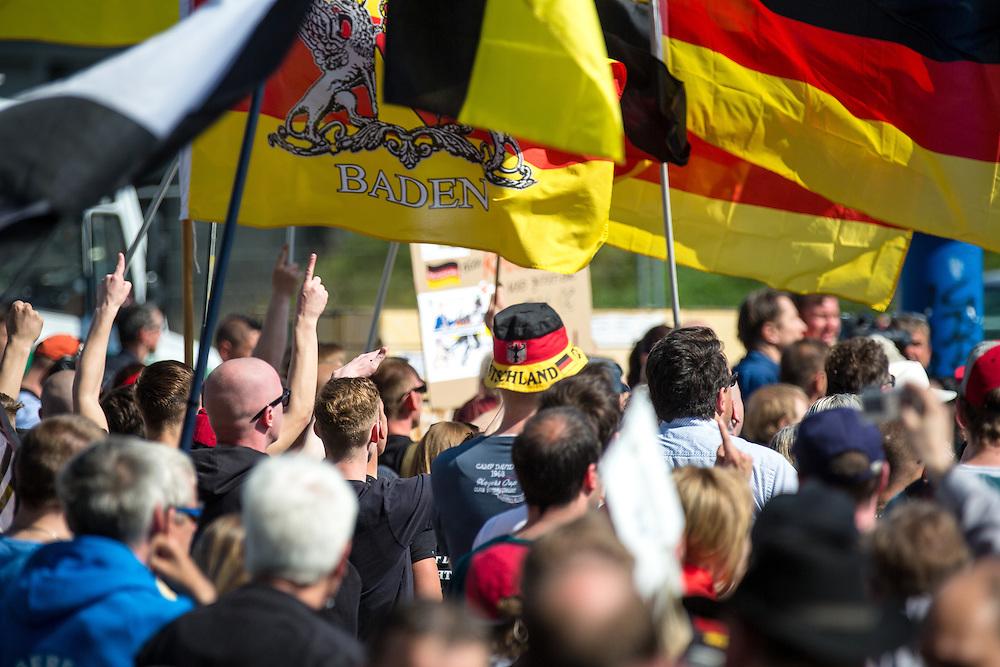 """Knapp tausend Teilnehmer zogen unter dem Motto """"Merkel muss weg"""" vom Berliner Hauptbahnhof zum Bahnhof Friedrichstraße. Unter ihnen mehrere Hooligans und Neonazis. Gegen den Aufmarsch protestierten nach Polizeiangaben rund 8000 Menschen. Die Polizei leitete Strafverfahren unter anderem wegen schweren Landfriedensbruchs, Widerstands, Anlegen von Vermummung und versuchter Gefangenenbefreiung ein. Insgesamt 40 Personen wurden festgenommen."""
