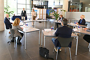 LEIDEN 20-05-2020 Koningin Maxima tijdensi een werkbezoek aan het Leids Universitair Medisch Centrum (LUMC). Het bezoek vindt plaats in het kader van de uitbraak van het coronavirus (COVID-19). Koningin Máxima spreekt in het LUMC met medewerkers van de afdeling Medische Microbiologie. Virologen geven uitleg over hun werkzaamheden in het laboratorium bij het ontwikkelen van vaccins en geneesmiddelen. <br /> <br /> Queen Maxima during a working visit to the Leiden University Medical Center (LUMC). The visit takes place in the context of the coronavirus outbreak (COVID-19). Queen Máxima speaks at the LUMC with staff from the Department of Medical Microbiology. Virologists explain their work in the laboratory in developing vaccines and medicines.
