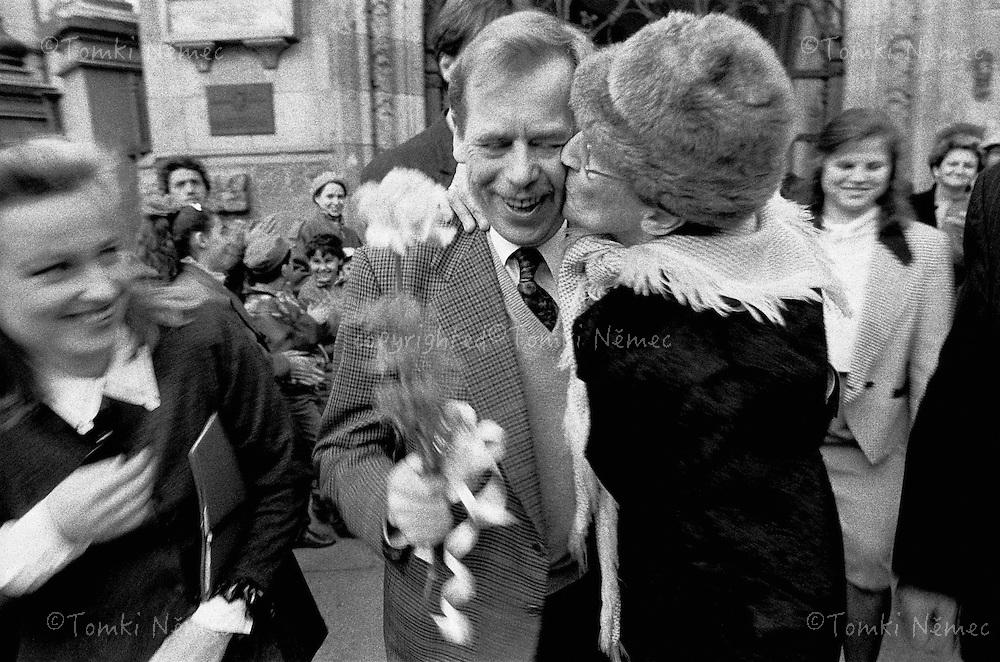 Slovensko,1992 - Vaclav Havel v objeti jeho obdivovatelky