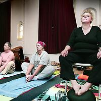 Nederland,Amsterdam ,15 januari 2008..Helende Yogasessie. Healing yoga.